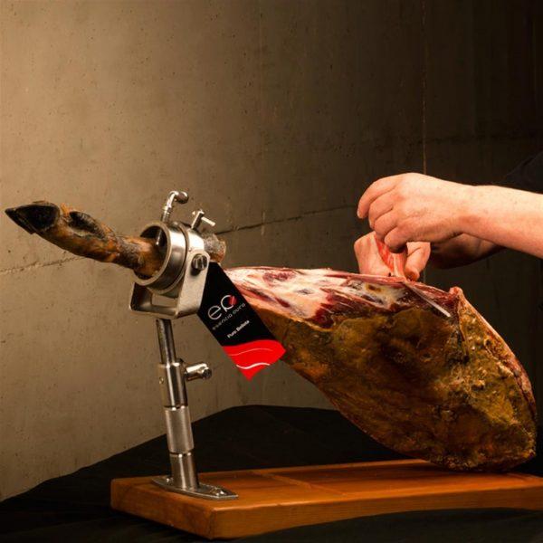 Foto de cortador loncheando una paleta ibérica de bellota