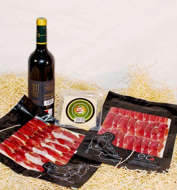 Dos sobres paleta ibérica de cebo, una cuña de queso y botella de vino